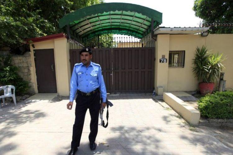 Seorang petugas polisi berjaga di depan kantor organisasi non-pemerintah Save the Children di Islamabad.