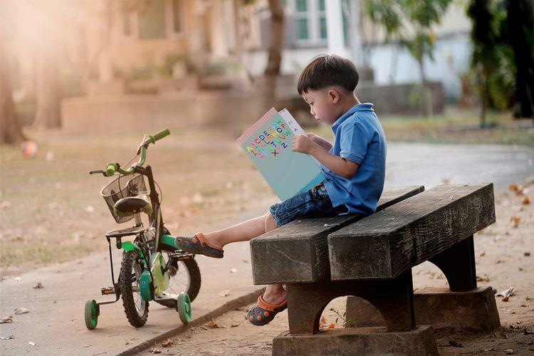 Ilustrasi anak kecil sedang membaca