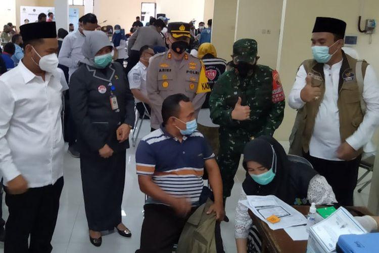 Bupati Gresik Fandi Akhmad Yani (kiri) saat meninjau pelaksaan vaksinasi untuk sopir angkutan umum dan bus di Terminal Bunder, Gresik, Senin (8/3/2021).