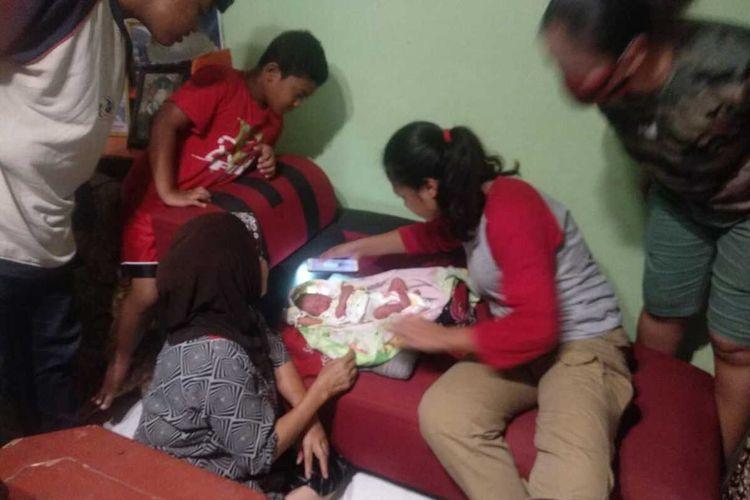 Seorang bayi laki-laki yang diduga baru dilahirkan ditemukan tergeletak dekat kandang kucing milik salah satu warga yang ada di kawasan Telaga Indah Blok F Bengkong, Batam, Kepulauan Riau (Kepri) sekitar pukul 18.00 WIB, Jumat (1/5/2020) malam.