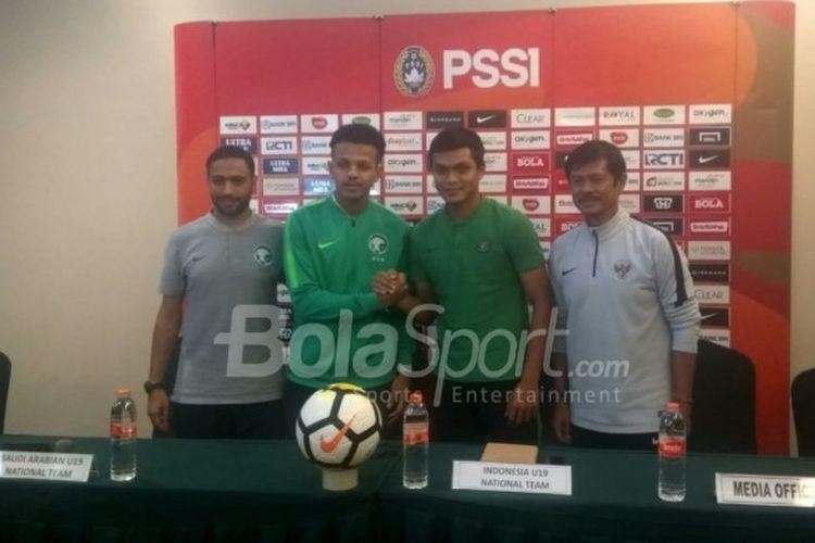 Pelatih dan pemain timnas U-19 Arab Saudi serta timnas U-19 Indonesia; Ahmad Al Malki - Turki Al-Ammar & Indra Sjafri - Rachmat Irianto dalam jumpa pers di Grand Zuri, Cikarang, Selasa (9/10/2018).
