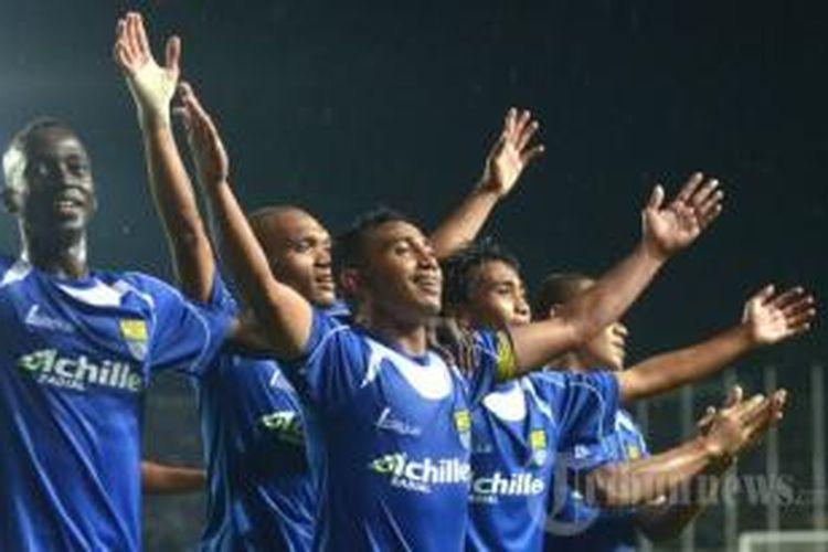 Gelandang Persib Bandung, Firman Utina, bersama rekan-rekannya.