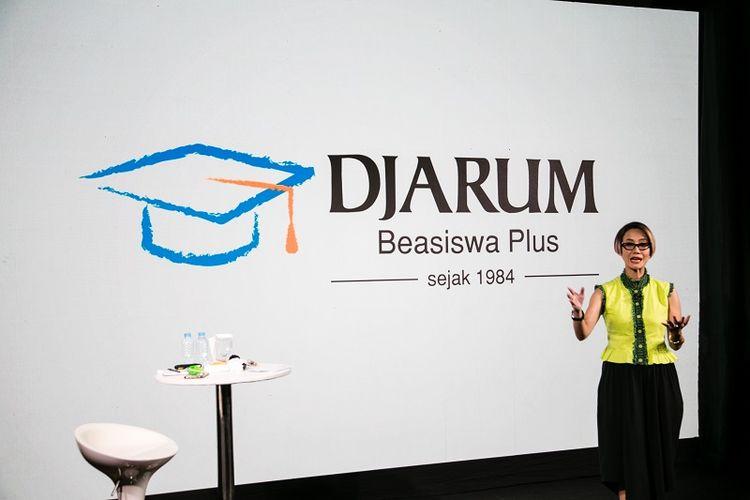 Rosianna Silalahi saat memberikan pelatihan soft skills secara online, Leadership Development Series untuk Beswan Djarum 2019/2020. Dalam kelas ini, Rosi membawakan tema ?Berkomunikasi di New Normal:  Building Trust in Virtual Communication? di hadapan ratusan penerima Djarum Beasiswa Plus.