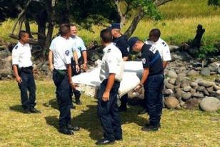 Puing pesawat yang ditemukan di Pulau La Reunion, Perancis.