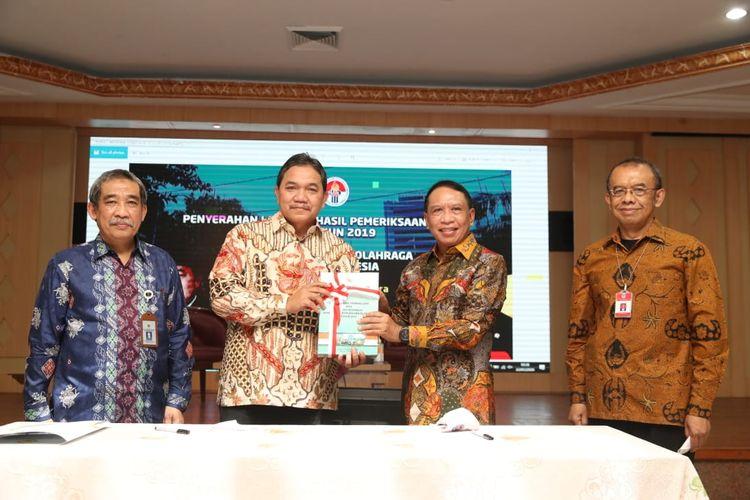Menpora RI Zainudin Amali (kedua dari kanan) menerima Penyerahan Laporan Hasil Pemeriksaan (LHP), Pemeriksaan atas Laporan Keuangan Kemenpora RI Tahun 2019, di Auditorium Wisma Kemenpora, Senayan, Jakarta, Rabu (22/7/2020) pagi.