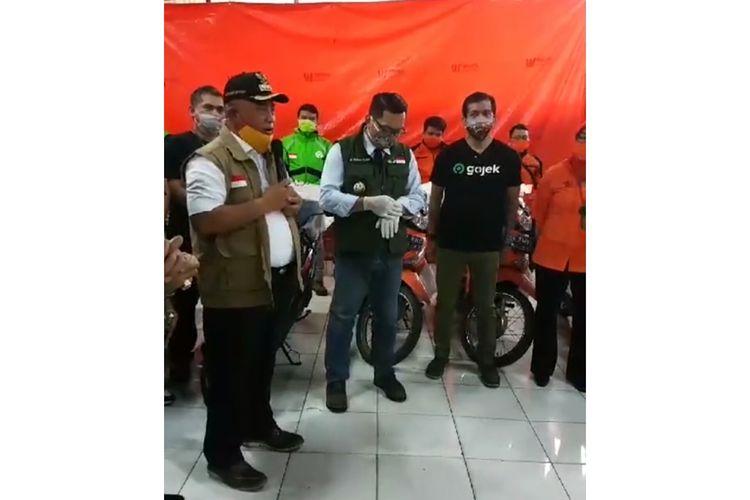 Penyerahan Dana Bantuan Sosial Pemprov Jabar ke Bekasi, Rabu (15/4/2020).