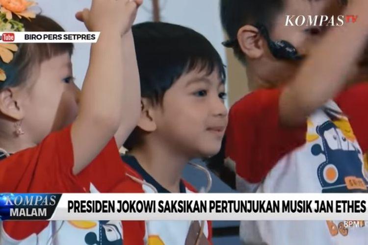 Jan Ethes, cucu Presiden Jokowi, bermain pentas musik di Solo, Minggu (8/9/2019).