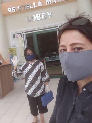 Caecilia Kapojos (depan) menemani ibunya, Jeanne melakukan tes swab di rumah sakit di Kota Makassar.