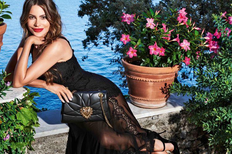 Aktris Sofia Vergara berpose dengan membawa tas ikonik dari rumah mode Dolce & Gabbana.