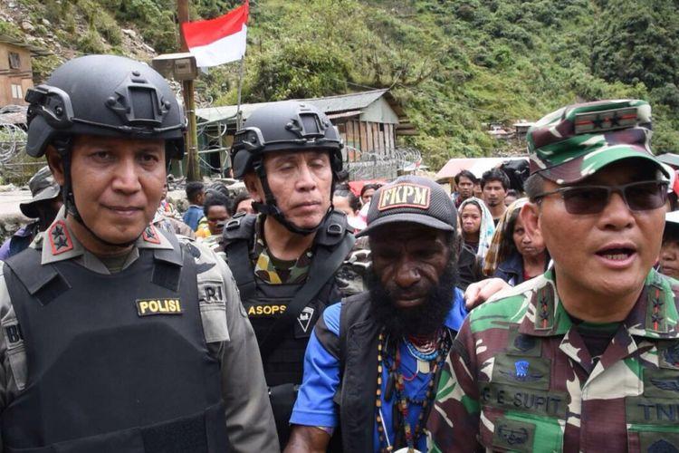 Kapolda Papua Irjen Boy Rafli Amar, Asisten Operasional Kapolri Irjen Irawan, dan Pangdam XVII/Cendrawasih Mayjen TNI George Enaldus Supit memimpin langsung Operasi Terpadu yang mengevakuasi warga yang diisolasi oleh kelompok kriminal bersenjata di Papua.