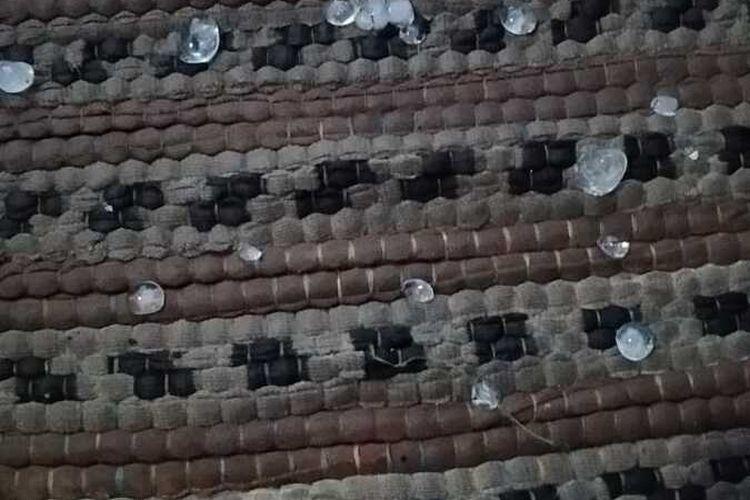 Butiran es sebesar kelereng saat hujan turun di wilayah Kabupaten Bogor, Jawa Barat, Rabu (23/9/2020)