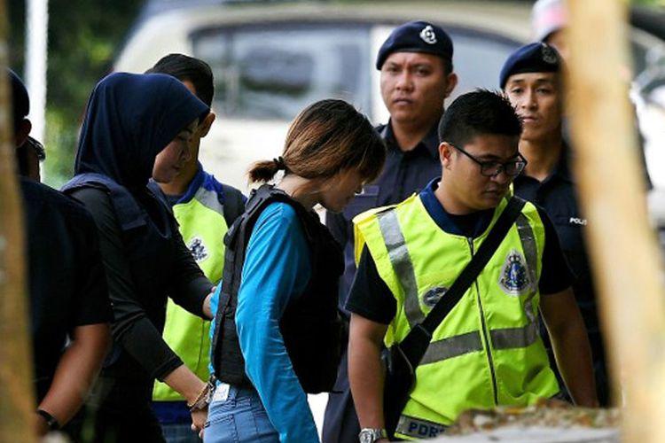 Tersangka kasus pembunuhan Kim Jong Nam, Doan Thi Huong (baju biru) didampingi aparat kepolisian Malaysia menjalani sidang bersama tersangka asal Indonesia Siti Aisyah (tidak ada dalam gambar), di Pengadilan Tinggi Sepang, Selasa (30/5/2017).