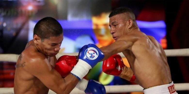 Petinju Indonesia, John Ruba (kanan), melancarkan pukulan ke arah petinju Filipina, Gabriel Royo, dalam pembukaan Indonesia Boxing Championship di Balai Sarbini, Jakarta, Jumat (2/9/2016) malam.