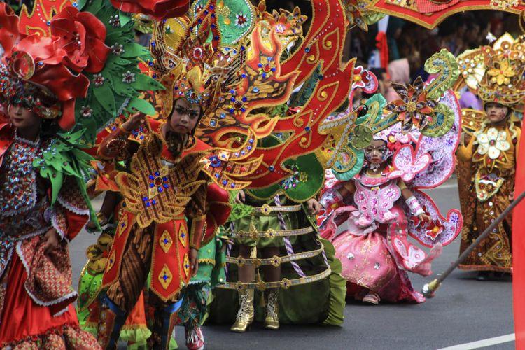 Peserta mengikuti Solo Batik Carnival (SBC) X di kawasan Sriwedari, Solo, Jawa Tengah, Jumat (14/7/2017). Karnaval SBC bertajuk Astamurti Kawijayan tersebut selain diikuti 190 peserta dari Solo juga dimeriahkan penampilan dari Jember Fashion Carnaval dan Caruban Carnival.