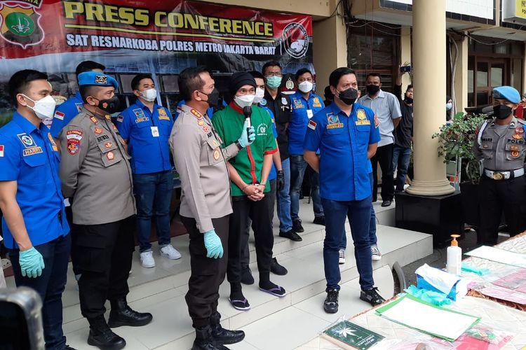 Konferensi pers pengungkapan penangkapan musisi Anji di Mapolres Jakarta Barat, Rabu (16/6/2021).