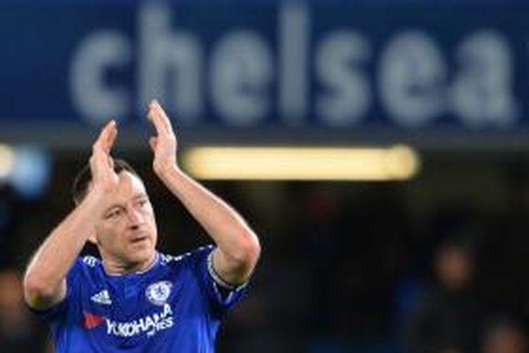 John Terry memberikan tepuk tangan kepada suporter Chelsea setelah pertandingan kontra Sunderland di Stadion Stamford Bridge, 19 Desember 2015.