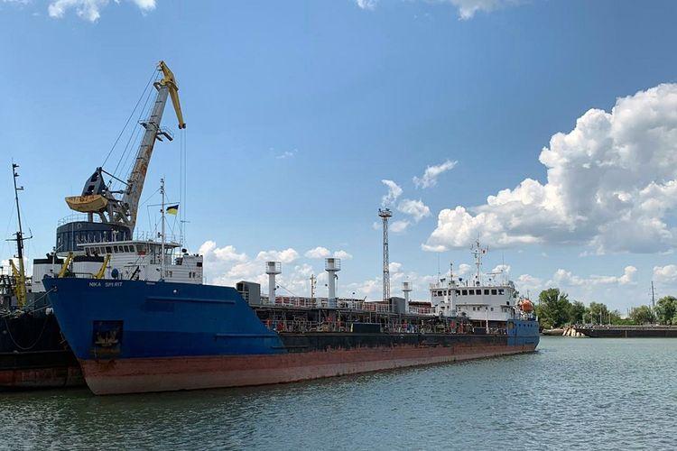Foto bertanggal 25 Juli 2019, yang menunjukkan kapal tanker berbendera Rusia, Nika Spirit, yang ditahan Ukraina setelah memasuki pelabuhan Izmail di selatan Odessa.