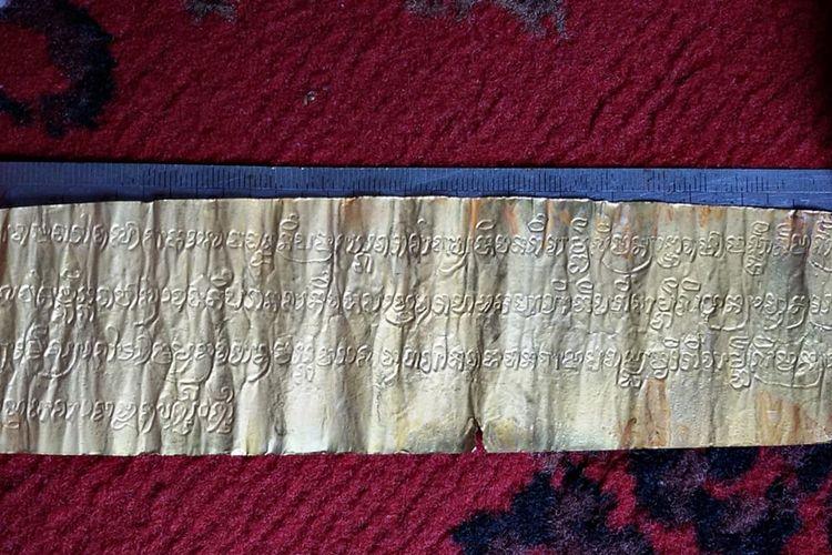 Lempengan emas yang diduga kuitansi pembelian tanah pada masa kerajaan Sriwijaya.