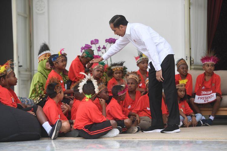 Presiden Joko Widodo berjabat tangan dengan anak-anak perwakilan siswa SD di Jayapura dan Asmat, Papua, di Istana Merdeka, Jakarta, Jumat (11/10/2019). Kedatangan anak-anak tersebut dalam rangka memenuhi undangan presiden, yang dulu berjanji mengajak mereka ke Istana Kepresidenan saat mengunjungi Jayapura dan Asmat. ANTARA FOTO/Akbar Nugroho Gumay/foc.