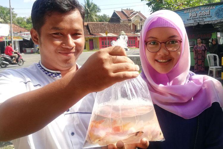 Rifki Ardi dan Galen ikut menebar benih ikan nila. Sembilan pasangan pengantin melepas benih ikan air tawar beragam jenis di saluran irigasi di Kecamatan Galur, Kulon Progo. Ini jadi tradisi bagi pengantin baru yang terus dipertahankan kantor urusan agama setempat.