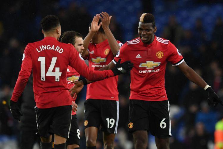 Paul Pogba dan Jesse Lingard merayakan gol Manchester United ke gawang Everton pada pertandingan Premier League di Goodison Park, Senin (1/1/2018).