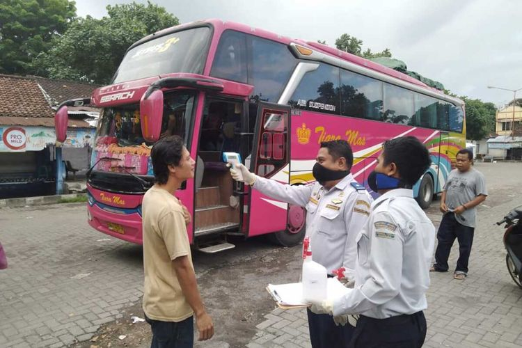 Petugas Terminal Tipe A Mandalika, Kota Mataram memeriksa penimoang bus yang baru tiba, petugas terminal berharap ada tim medis yang bersiaga di terminal ditengah wabah Corona Covid-19 ini.