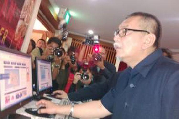 Wakil Gubernur Jawa Barat saat mencoba mengecek harga pangan di website www.priangan.org di kantor Bank Indonesia Perwakilan Jawa Barat dan Banten, Jalan Braga, Bandung, Jawa Barat, Senin, (11/11/2013)