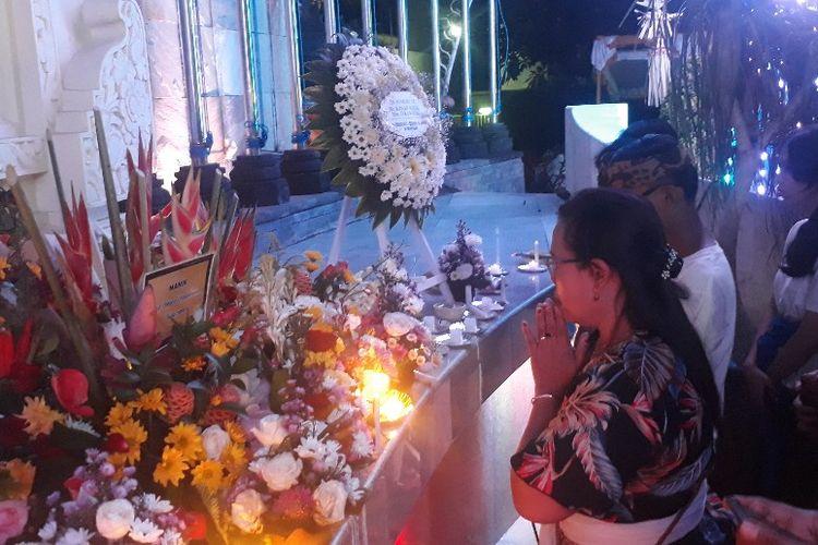 Warga berdoa di Monumen Bom Bali, Sabtu (12/10/2019) malam.
