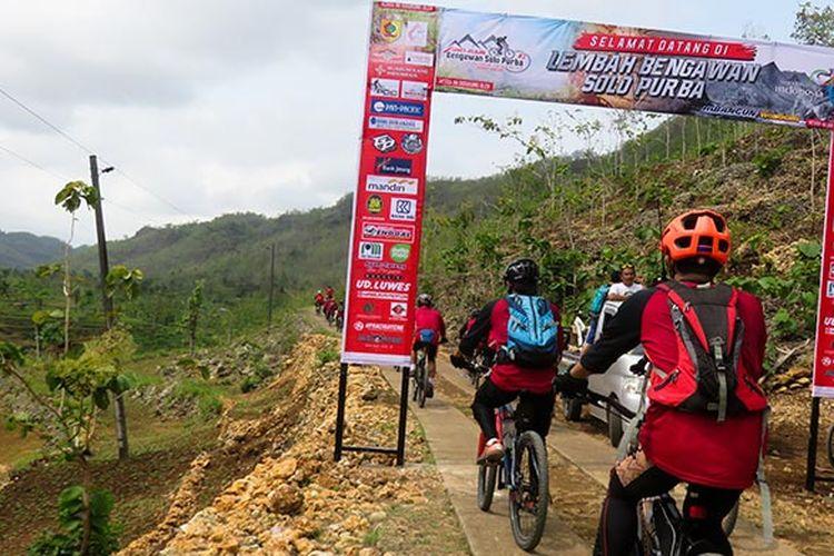 Para pesepeda mulai memasuki kawasan Lembah Bengawan Solo Purba (18/11/2018).