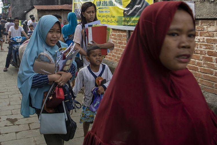 Warga menyelamatkan barang-barang miliknya saat terjadi kebakaran di lorong Pahlawan 35 Ilir, Tangga Buntung, Palembang, Sumatera Selatan, Selasa (22/9/2020). Penyebab kebakaran yang terjadi di permukiman padat penduduk tersebut, saat ini masih dalam penyelidikan pihak kepolisian.