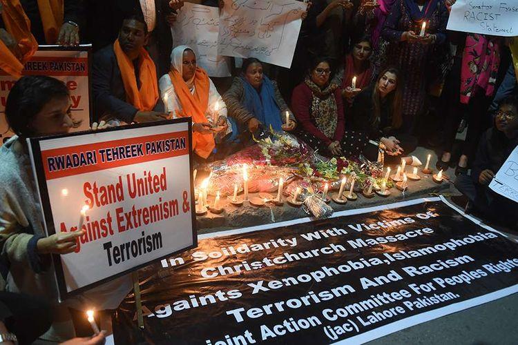 Warga Pakistan menggelar aksi solidaritas dengan menyalakan lilin bersama di Lahore, mengecam insiden penembakan masjid di Christchurch, Selandia Baru, Sabtu (16/3/2019). Seluruh dunia berduka dan mengirimkan simpati atas aksi teror penembakan brutal di dua masjid di Kota Christchurch yang terjadi Jumat (15/3/2019) lalu, yang menewaskan sedikitnya 49 orang dan puluhan luka-luka.