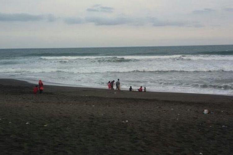 Pantai Goa Cemara di Desa Gadingsari, Kecamatan Sanden, Bantul, Yogyakarta, berpasir hitam.