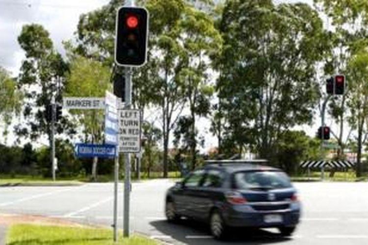 Ilustrasi menerobos lampu pengatur lalu lintas.