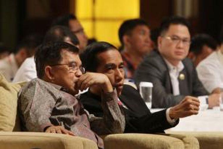 Pasangan capres dan cawapres Joko Widodo (kanan) dan Jusuf Kalla menghadiri acara pemaparan platform ekonomi Jokowi-JK di Jakarta Selatan, Rabu (4/6/2014). Acara yang diadakan oleh kelompok pendukung Joko Widodo-Jusuf Kalla (KPP Jokowi-JK) ini untuk mengetahui dan memahami arah prioritas kebijakan ekonomi pemerintahan pasangan capres dan cawapres Jokowi-JK secara langsung.