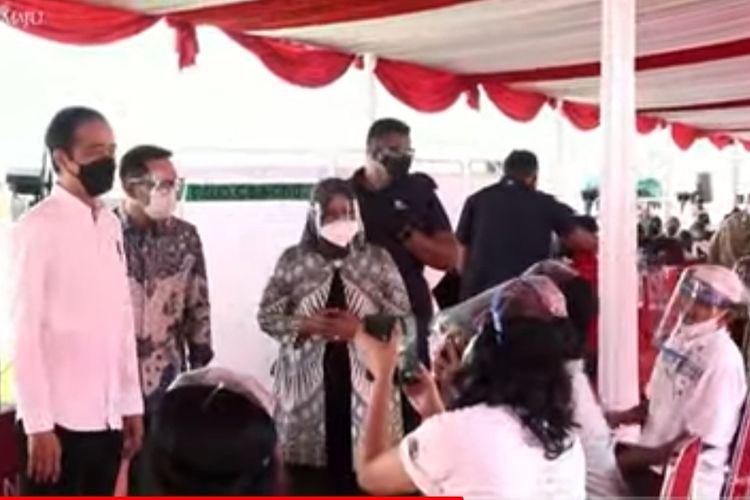 Presiden Joko Widodo meninjau pelaksanaan vaksinasi Covid-19 di Stadion Pakansari, Bogor, Jawa Barat, Kamis (17/6/2021).