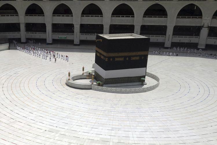 Jemaah berbaris ketika keluar setelah mereka mengelilingi Kabah di Masjidil Haram, Arab Saudi, Rabu, 29 Juli 2020.