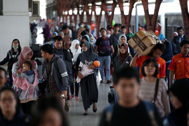 Suasana arus balik mudik Lebaran di Stasiun Pasar Senen, Jakarta Pusat, Selasa (19/6/2018). Hingga pukul 09.00 wib jumlah penumpang turun di Stasiun Senen mencapai 22.731 penumpang.