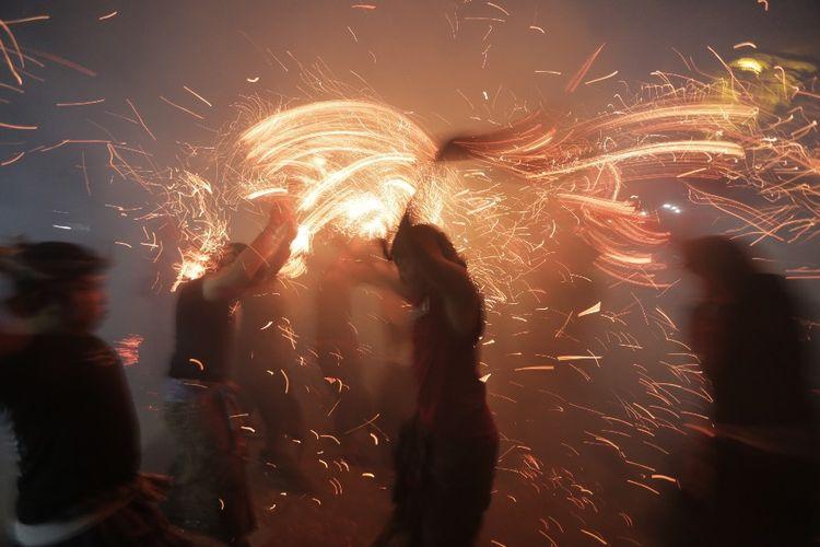 Tradisi Siat Geni atau Perang Api di halaman Pura Dalem Kahyangan, Desa Adat Tuban, Badung, Bali, Minggu (13/10/2019) malam