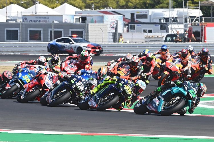 Pebalap mengemudikan motornya saat Grand Prix MotoGP San Marino di Sirkuit Misano Marco Simoncelli pada 13 September 2020.