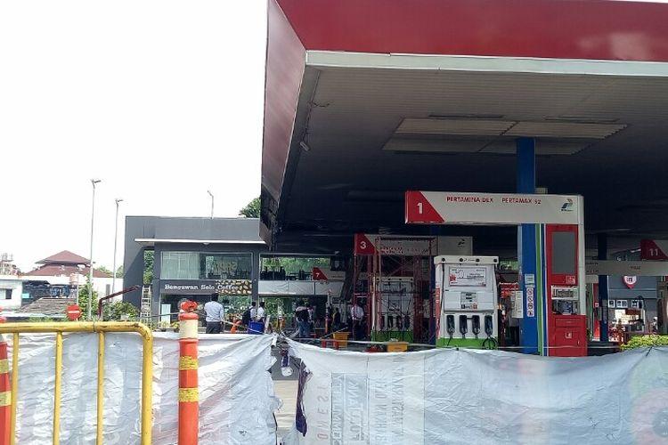Kebakaran terjadi di Stasiun Pengisian Bahan Bakar Umum (SPBU) Jalan MT Haryono, Tebet, Jakarta Selatan,  Minggu (1/12/2019). Kebakaran tersebut akibat ditabrak pengendara mobil yang langsung melarikan diri.