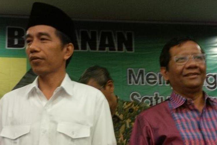 Joko Widodo dan Mahfud MD. Foto diambil saat Jokowi yang menjabat sebagai Gubernur Jakarta dan mantan Ketua MK Mahfud MD hadir dalam acara diskusi bersama aktivis Nahdlatul Ulama di Hotel Lumire, Jakarta Pusat, 12 Maret 2014.
