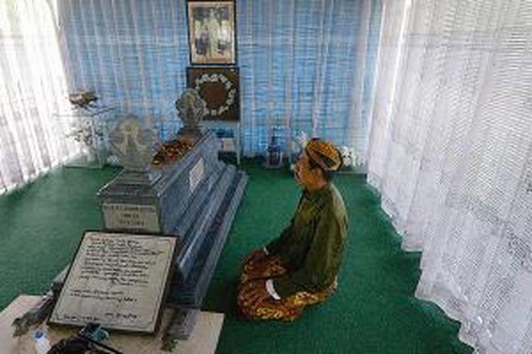 Ki Sunarto di makam RMP Sosrokartono di Pasarean Sedo Mukti, Desa Kaliputu, Kecamatan Kota, Kabupaten Kudus, Jawa Tengah, pada Kamis (3/7/2014) siang.