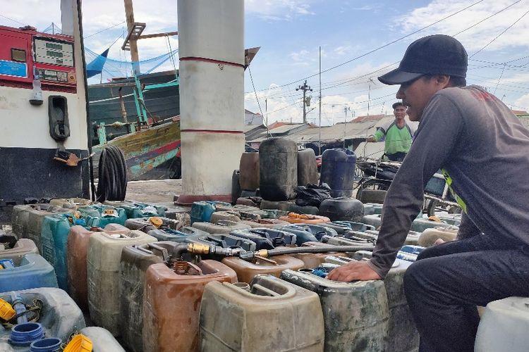 Seorang nelayan tengah membeli solar dengan jerigen di stasiun pengisian BBM jenis solar di Pelabuhan Jongor, Kota Tegal, Jawa Tengah, Kamis (30/1/2020)