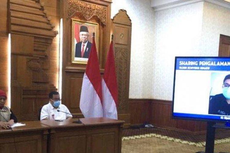 Gubernur Jawa Timur Khofifah memutarkan video tertimoni pasien Covid-19 yang juga dokter RSUD dr Soetomo Surabaya yang berhasil sembuh dari positif virus Corona, Selasa (24/3/2020) petang, dalam konferensi pers di Gedung Negara Grahadi Surabaya.