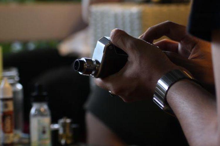 Salah satu anggota komunitas VapesquadIndo sedang menggunakan rokok elektrik (vaporizer) di toko The Colony Vape Bintaro, Kamis (25/8/2016). Tren rokok elektrik saat ini mulai menjadi gaya hidup baru dan menjadi alternatif bagi para perokok.