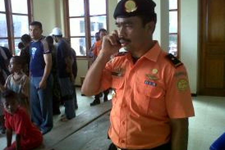 Kepala SAR Ambon, Suhri Sinagasaat berada  di Kantor Desa Alang, Kecamatan Leihitu Barat Kabupaten Maluku Tengah Sabtu (24/8/2013)
