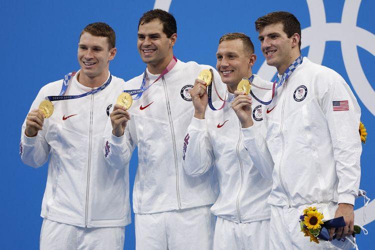 Olimpiade Tokyo 2020  - Tim renang Amerika Serikat Ryan Murphy, Michael Andrew, Caeleb Dressel, dan Zach Apple, berpose dengan medali emas mereka di podium setelah memenangi final nomor 4x100m gaya ganti estafet putra di Tokyo Aquatics Center di Tokyo pada 1 Agustus 2021.