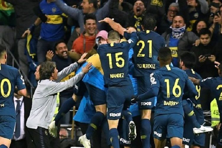 Para pemain Boca Juniors merayakan gol ke gawang River Plate pada final kedua Copa Libertadores 2018 di Stadion Santiago Bernabeu, 9 Desember 2018.