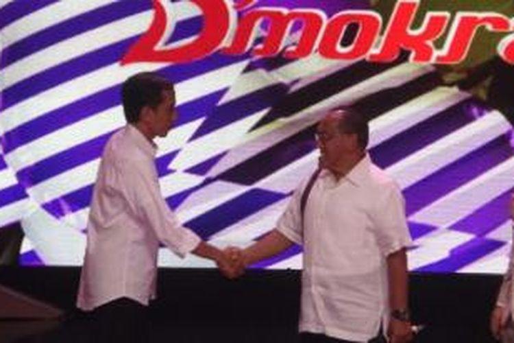 Bakal calon presiden PDIP Joko Widodo dan bakal calon presiden Golkar Aburizal Bakri bertemu di salah satu acara televisi nasional, Rabu (9/4/2014).