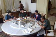 Makan Siang dengan Panglima dan Kepala Staf, Jokowi Suguhkan Ikan hingga Sop Buntut